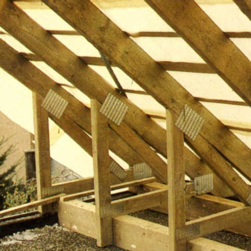 Несущая часть крыши чаще всего образуется системой наклонных деревянных стропил.  Обычное их название - стропильные...