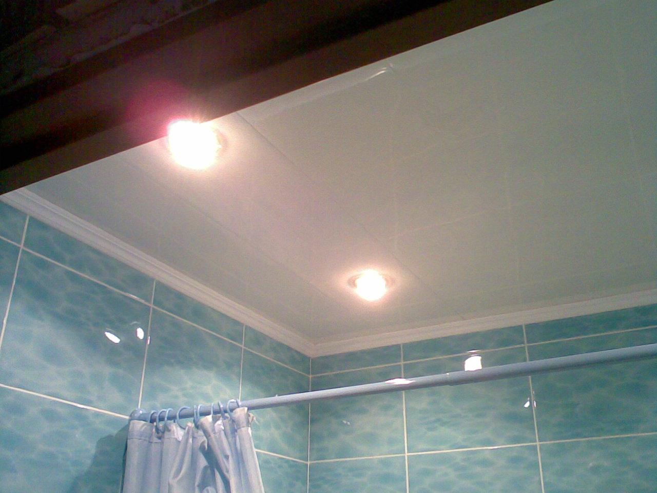 Потолок в ванную из пластиковых панелей