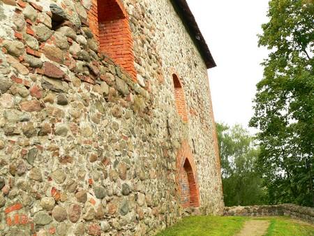 Каменной кладкой называется конструкция, которая состоит из камней, уложенных в.